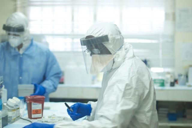 스테판 자이어 교수와 함께 연구를 주도한 어거스틴 고바 시에라리온 케네마 국립병원 박사(사진)는 시에라리온에서 발생한 에볼라 바이러스 감염환자를 처음으로 확진했다. - 사이언스 제공